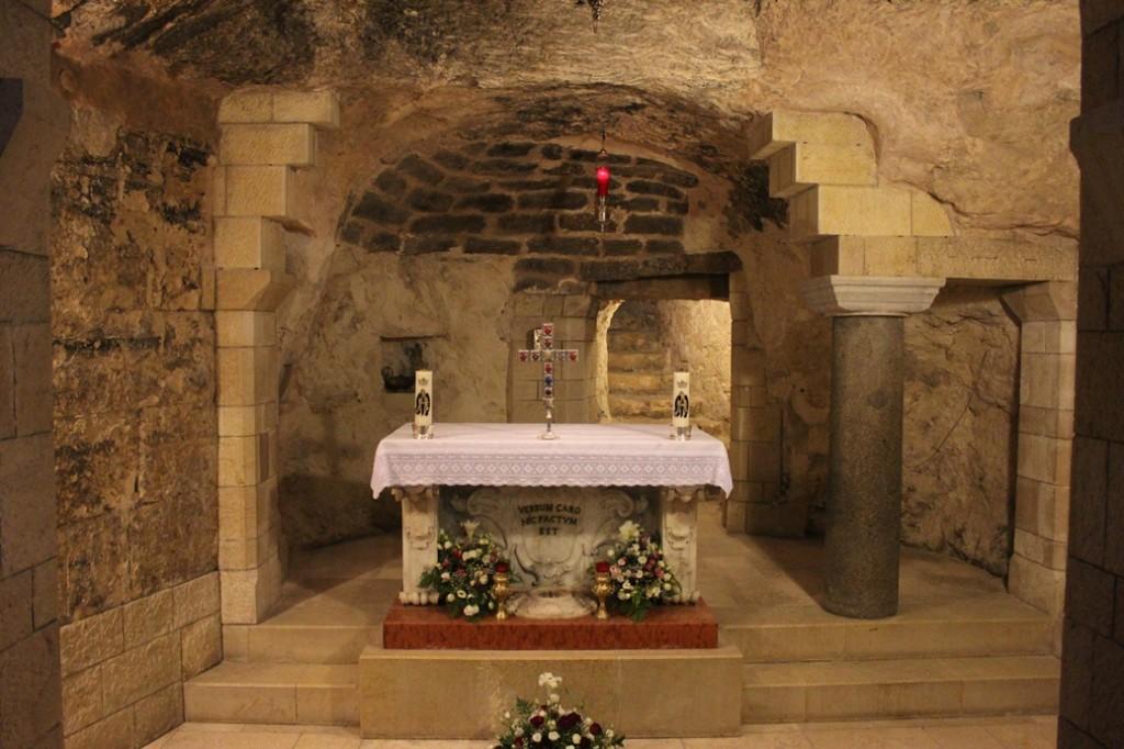 Gruta de la Anunciación, debajo del altar mayor de la Basílica de la Anunciación en Nazaret.
