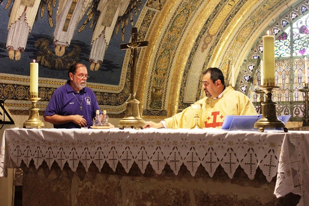 Altar mayor de la Basílica de la Transfiguración, construida en lo alto del Monte Tabor, donde la tradición dice que ocurrió el episodio que nos narra la liturgia de hoy, y donde tuve el privilegio de servir como ayudante del altar.