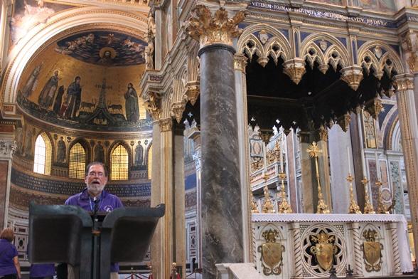 Durante mi visita a la Archibasílica de San Juan de Letrán, no pude evitar la tentación de pararme tras el ambón para saber qué se siente...