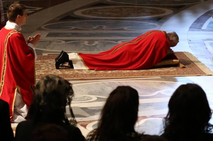 Papa Francisco adorando la santa cruz