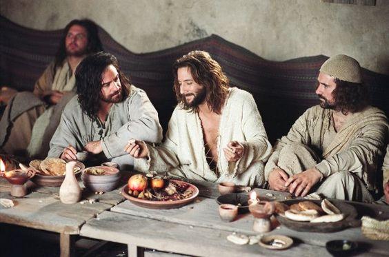 Jesus comiendo con discípulos