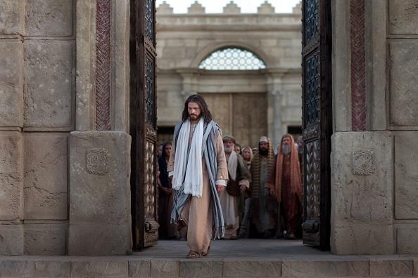 Jesus sale del templo sm