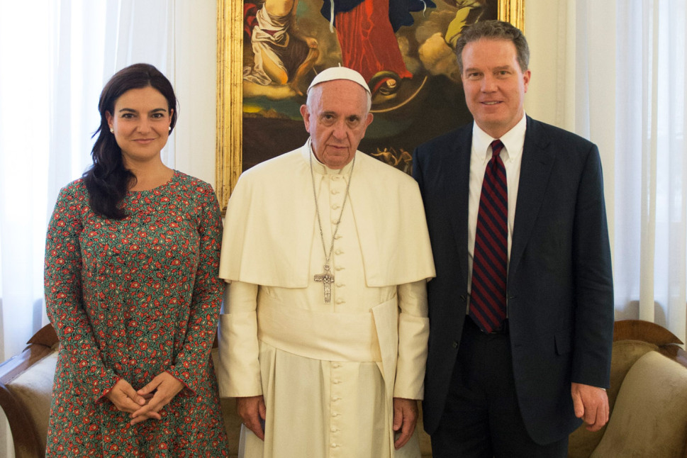 Pope Francis (C), Greg Burke (R) and Paloma Garcia Ovejero (L) pose at the Vatican on July 11, 2016. Pope Francis has named a former Fox TV correspondent, Greg Burke, to replace his longtime spokesman and Paloma Garcia Ovejero, of Spain, to be his deputy. / AFP PHOTO / OSSERVATORE ROMANO / -